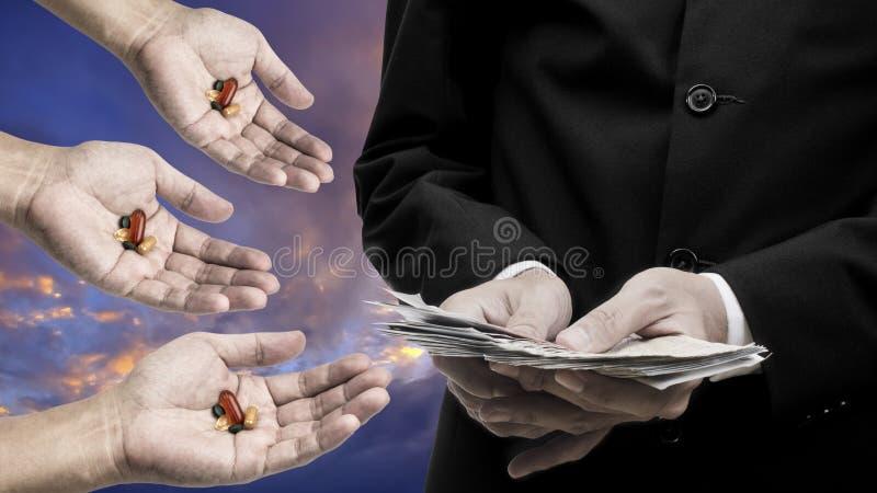 Cuenta del hombre de negocios el billete de banco para la droga de la compra fotos de archivo