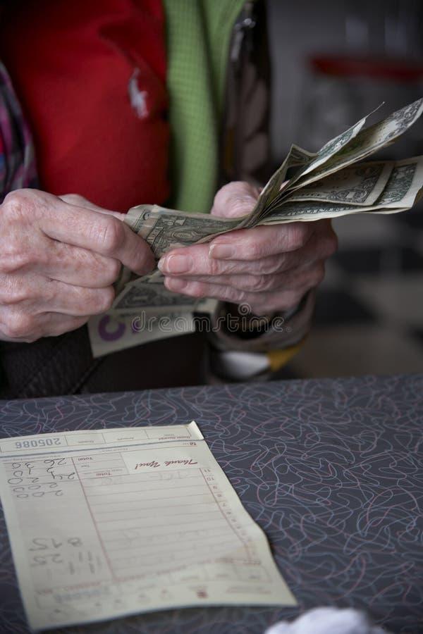 Cuenta que paga de la mujer fotos de archivo libres de regalías