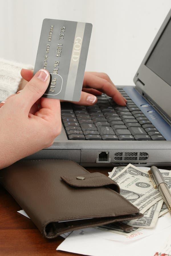 Cuentas en línea de las compras o el pagar fotos de archivo libres de regalías