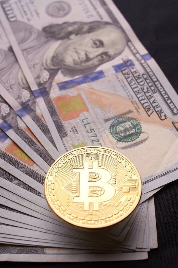 Cuentas maravillosamente dispuestas 100 bitcoin de la moneda del dólar y de oro en un fondo gris Cryptocurrency de Bitcoin anónim foto de archivo libre de regalías