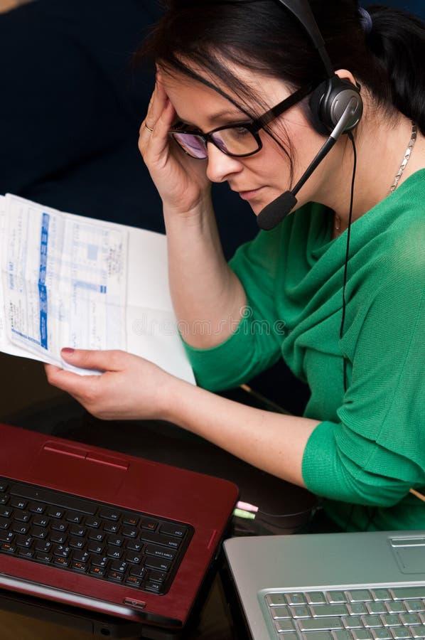 Cuentas que pagan en línea foto de archivo