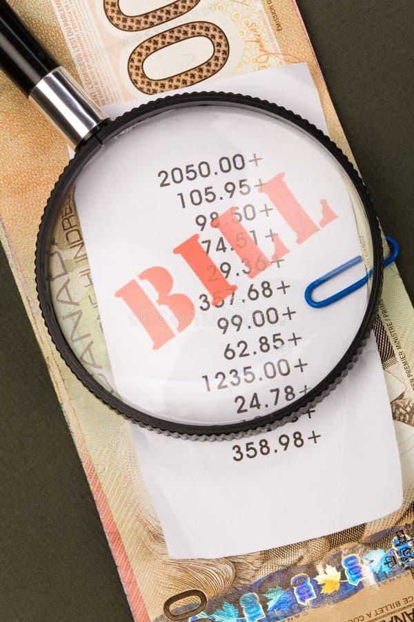 Cuentas y dólares canadienses imagenes de archivo