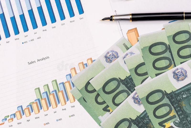 cuentas y moneda euro con la carta y la pluma de negocio Concepto del asunto fotografía de archivo libre de regalías