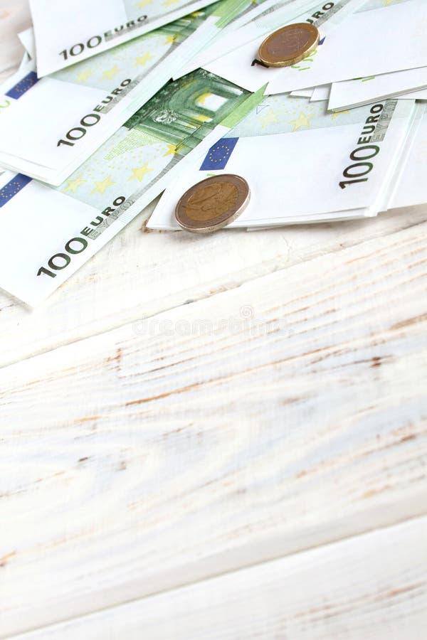 Cuentas y monedas euro del dinero fotos de archivo libres de regalías