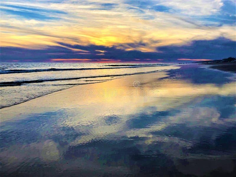 Cuento de hadas, belleza, colores y puesta del sol mágica en Matalascanas, provincia de Huelva, Andalucía, España fotografía de archivo libre de regalías