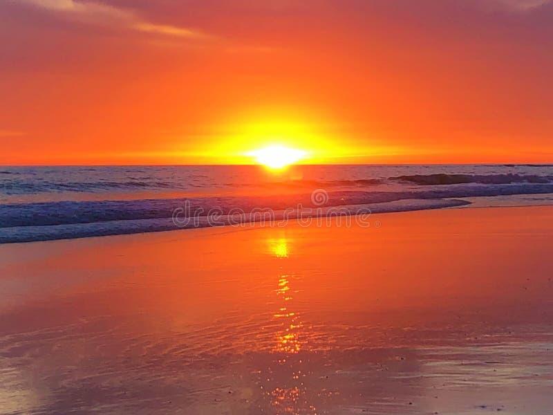 Cuento de hadas, belleza, luz que encanta, colores y puesta del sol mágica en Matalascanas, provincia de Huelva, Andalucía, Españ fotografía de archivo libre de regalías