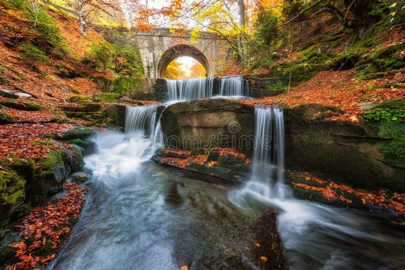 Cuento de hadas del otoño por el río foto de archivo libre de regalías