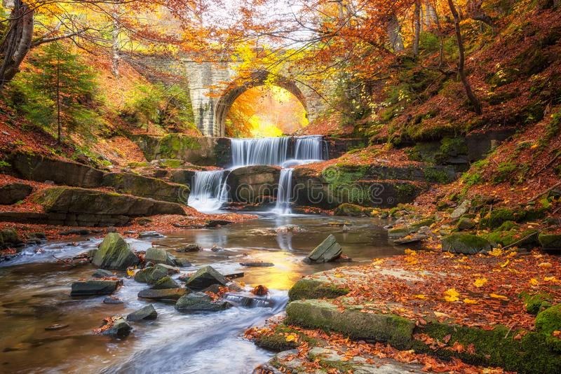 Cuento de hadas del otoño por el río fotografía de archivo