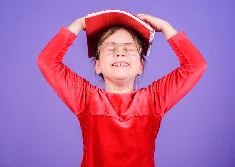 Cuento de hadas preferido Educaci?n y literatura de los ni?os E Libros adorables del amor de la muchacha Muchacha del niño con el fotos de archivo