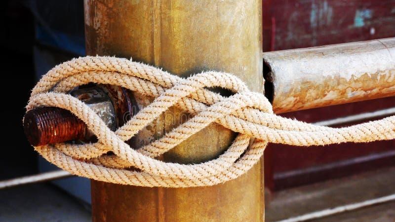 Cuerda atada a la tubería de acero imágenes de archivo libres de regalías