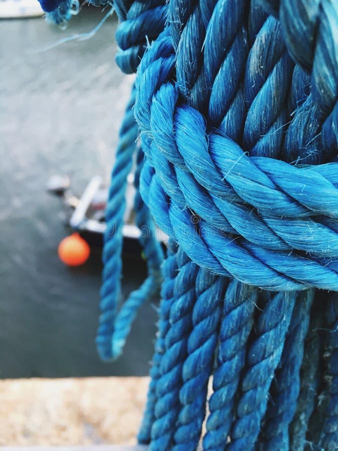 Cuerda azul atada en el puerto imagen de archivo libre de regalías