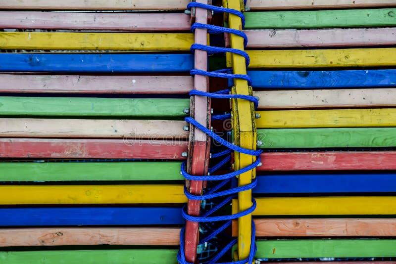 Cuerda brillante y azul de los tableros del extracto de madera multicolor del fondo fotografía de archivo libre de regalías