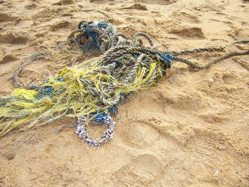 Cuerda de Fisher trenzada en la playa foto de archivo