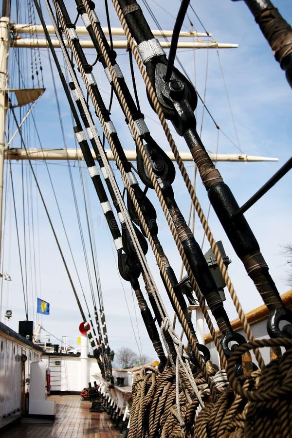 Cuerda de las naves en la cubierta imagen de archivo