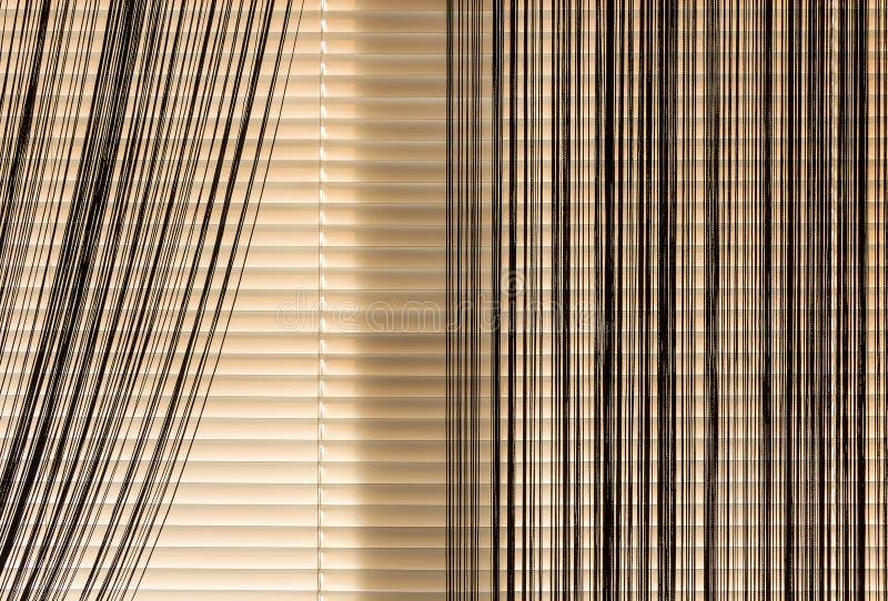 Cuerda de las persianas y de las cortinas del beige imagen de archivo