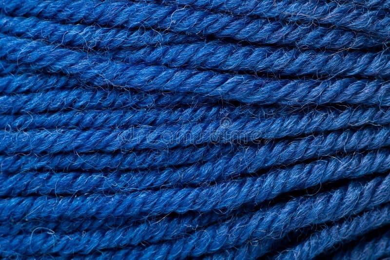 cuerda de rosca de lana azul marino como fondo imagenes de archivo