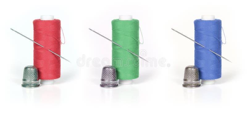 Cuerda de rosca, dedal y aguja imagen de archivo libre de regalías