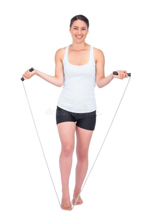 Cuerda de salto modelo delgada sonriente foto de archivo libre de regalías