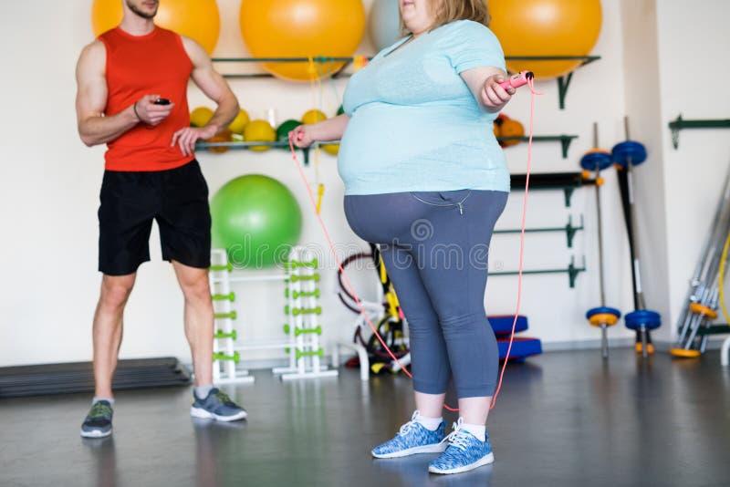 Cuerda de salto obesa de la mujer imagen de archivo libre de regalías