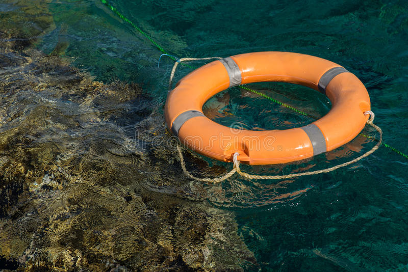 Cuerda de salvamento en el Mar Rojo cerca del arrecife de coral fotografía de archivo