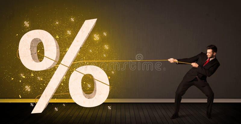 Cuerda de tracción del hombre de negocios con la muestra procent grande del símbolo imagen de archivo
