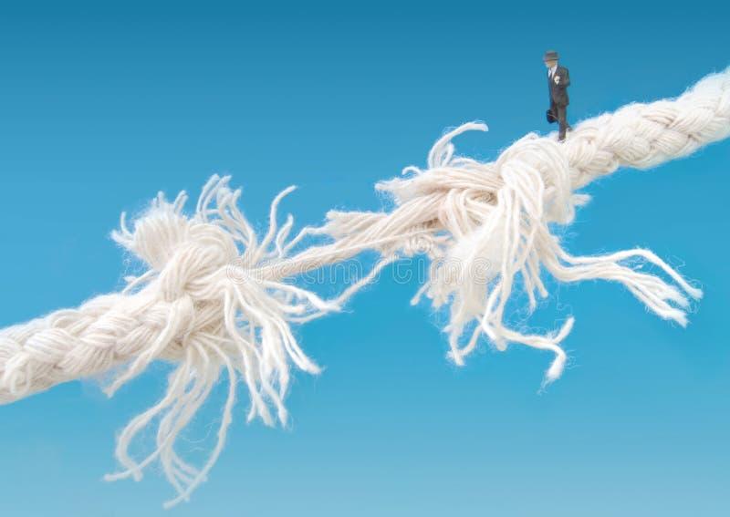 Cuerda de volatinero que recorre del hombre de negocios fotos de archivo