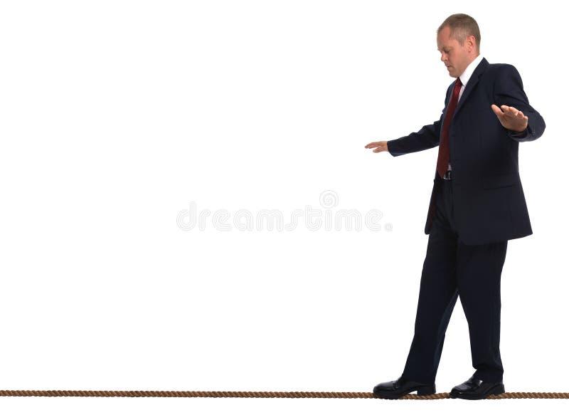 Cuerda de volatinero que recorre del hombre de negocios foto de archivo libre de regalías