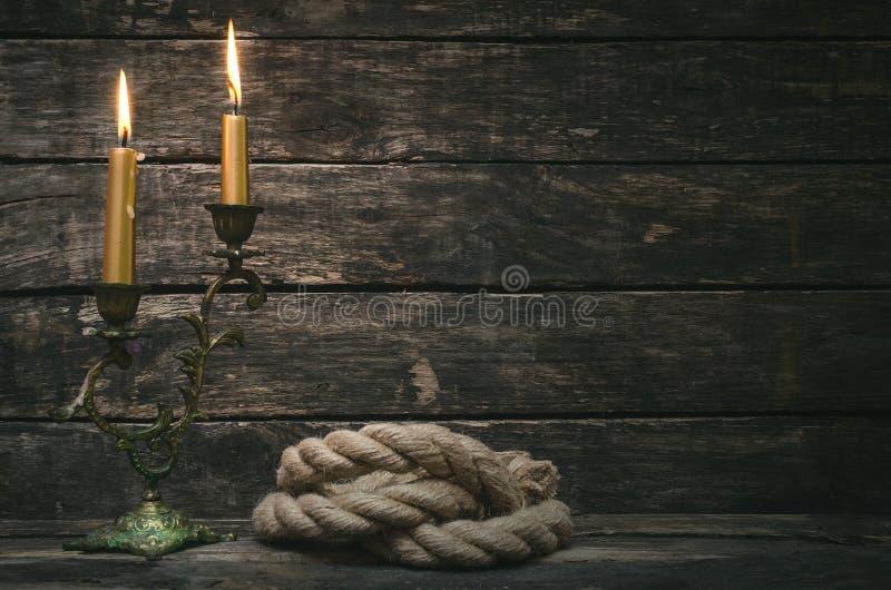 Cuerda del amarre y canlde ardiente imagen de archivo