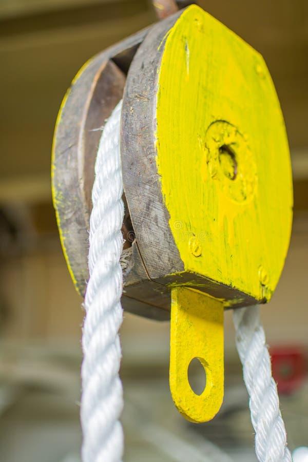 Cuerda del bloque y de los trastos de la cuerda imagen de archivo libre de regalías