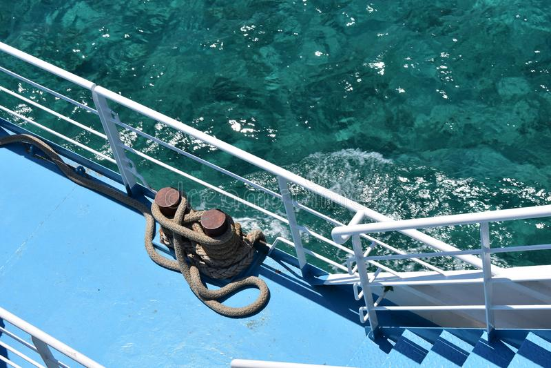 Cuerda en el barco y el mar azul fotos de archivo