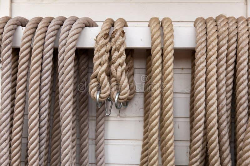 Cuerda en el pasamano imagenes de archivo