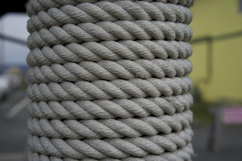 Cuerda gruesa envuelta alrededor de poste foto de archivo libre de regalías