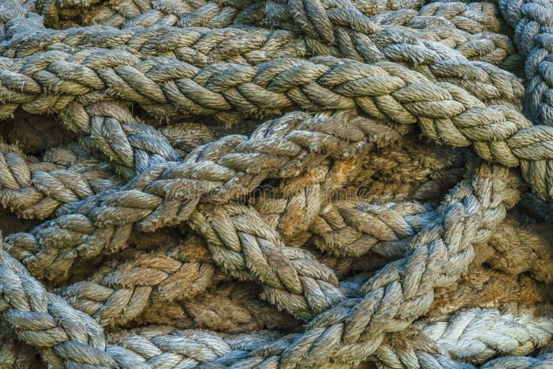 Cuerda gruesa torcida del mar Opinión del primer abstraiga el fondo imagen de archivo libre de regalías
