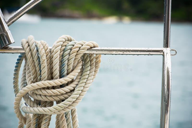 Cuerda náutica de la amarradura imagenes de archivo