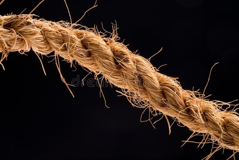Cuerda natural en fondo negro fotos de archivo