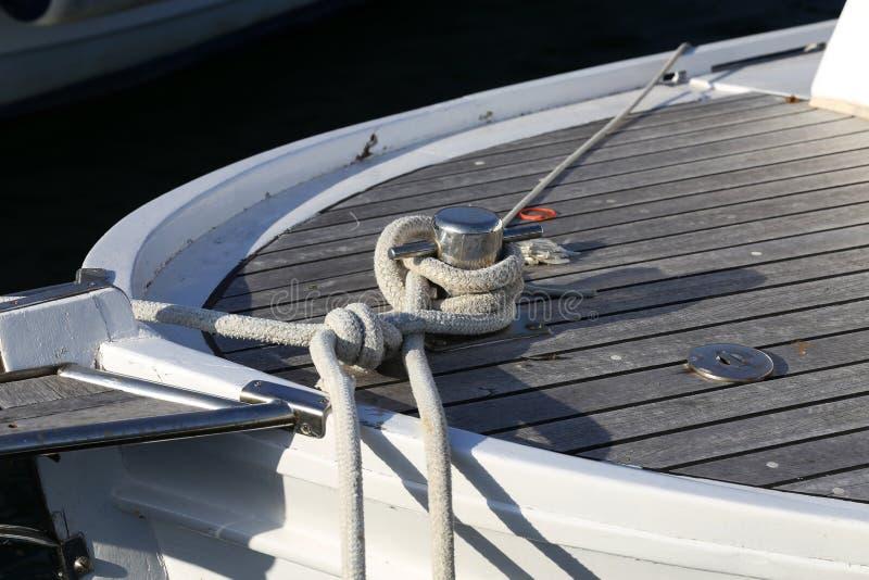 Cuerda para atar un barco en el embarcadero foto de archivo
