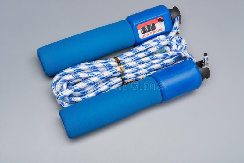 Cuerda que salta azul con el contador en gris fotografía de archivo libre de regalías