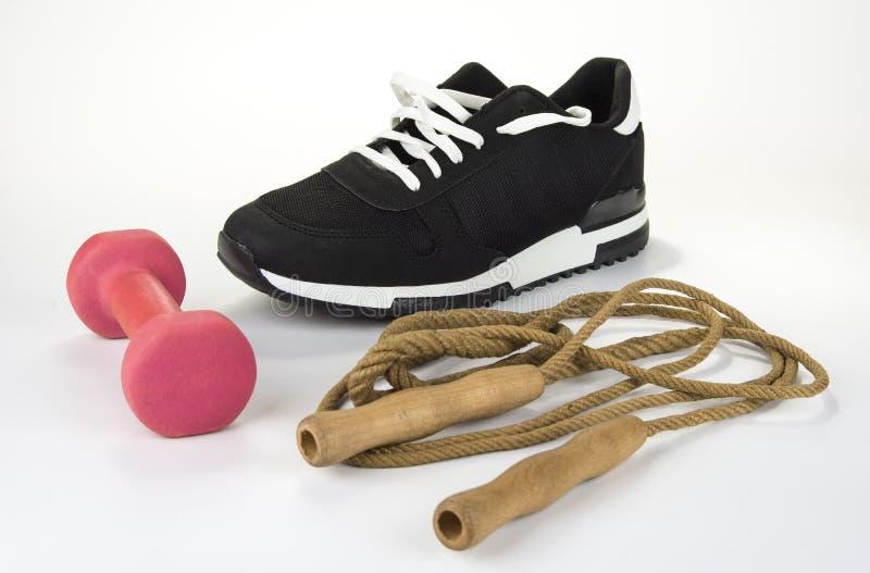 Cuerda que salta con el zapato y la pesa de gimnasia del deporte Concepto sano de la forma de vida imagen de archivo