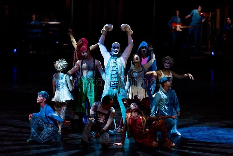 Cuerda que salta de los ejecutantes en la demostración 'Quidam' de Cirque du Soleil imagenes de archivo
