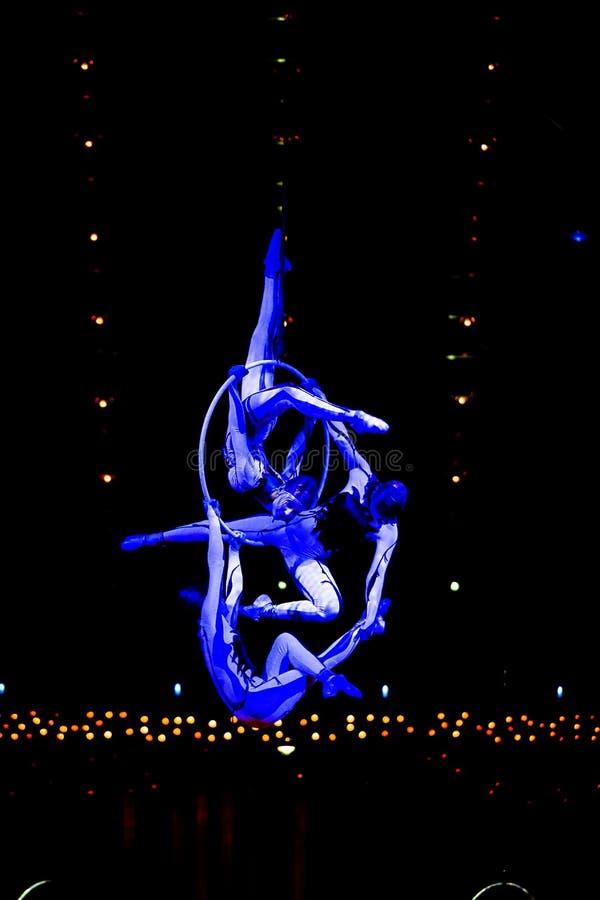 Cuerda que salta de los ejecutantes en la demostración 'Quidam' de Cirque du Soleil imagen de archivo