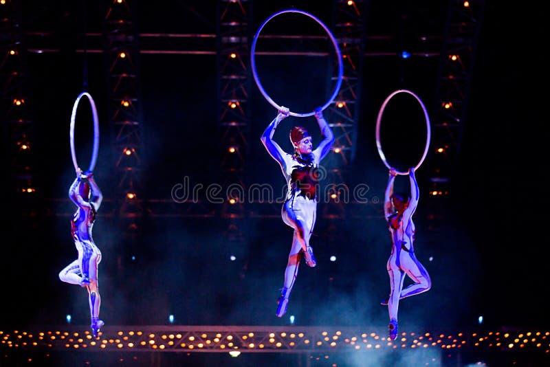 Cuerda que salta de los ejecutantes en la demostración 'Quidam' de Cirque du Soleil foto de archivo libre de regalías