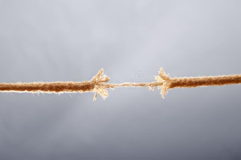 Cuerda que se rompe aparte imagenes de archivo