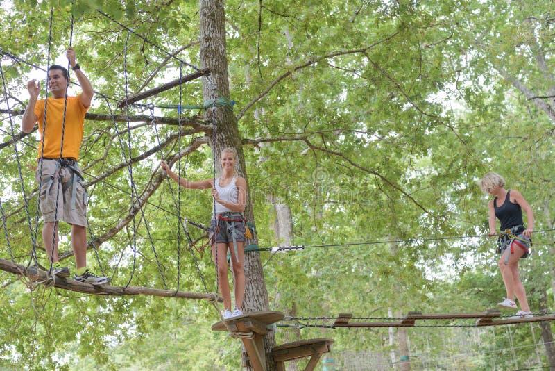 Cuerda que sube de la familia en el parque de la aventura imagen de archivo libre de regalías