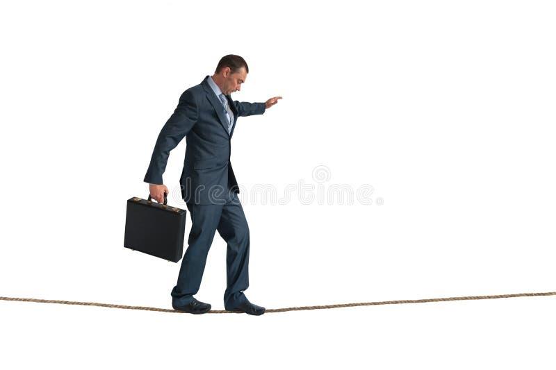 Cuerda tirante de equilibrio aislada del hombre de negocios fotos de archivo libres de regalías