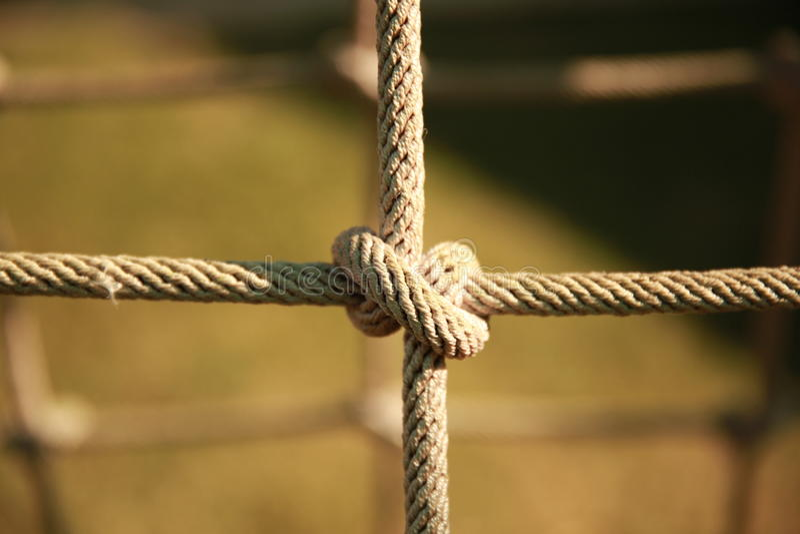 Cuerda torcida de la red que sube en el patio foto de archivo libre de regalías