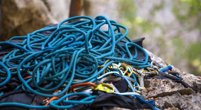 Cuerda y carabinas azules fotografía de archivo