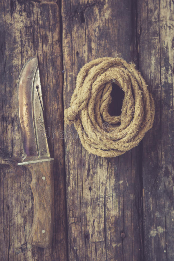 Cuerda y cuchillo viejos imagen de archivo libre de regalías