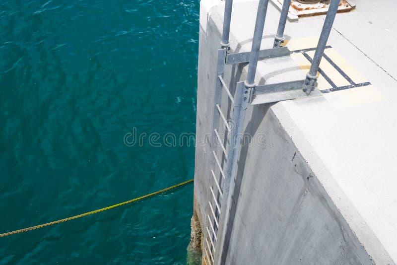 Cuerda y escalera viejas en el puerto imagen de archivo