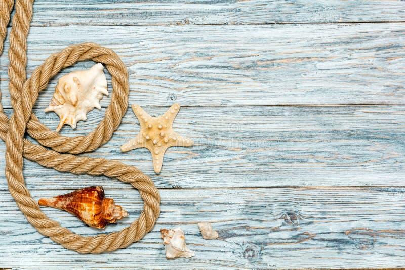 Cuerda y estrellas de mar marinas en los tableros blancos imagen de archivo libre de regalías