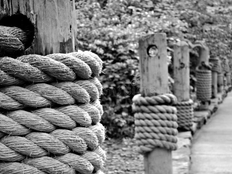 Cuerdas en el embarcadero fotografía de archivo libre de regalías